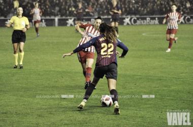 Lieke Martens en una disputa de balón durante el partido de la primera vuelta de la competición liguera | Foto de Eduardo Ariño, VAVEL