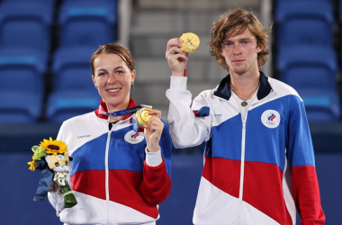 Tokyo 2020 mixed doubles champions Anastasia Pavlyuchenkova (left) and Andrey Rublev (right) on the podium with their Olympic gold medals. Photo: Clive Brunskill