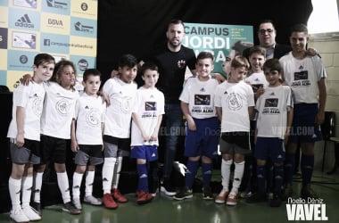 Jordi Alba posando con niños del campus. FOTO: Noelia Déniz