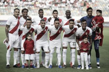 La selección peruana durante el amistoso ante Colombia en el Estadio Monumental de Lima | Fotografía: FPF