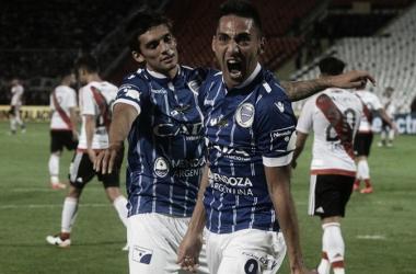 Correa junto a Garro festejando el gol. Fuente: Bodegué.