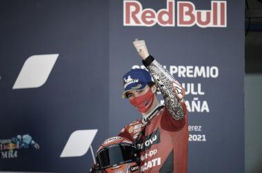 Pecco Baganaia subiendo al podio en Jerez / Fuente: motogp.com