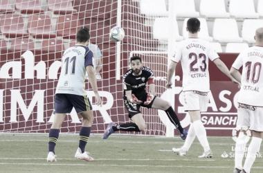 Juan Muñoz(24) disparando a la portería de Tomeu Nadal(31). Fuente: LaLiga.