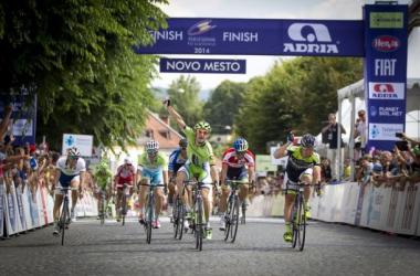 Elia Viviani echa el cierre en la Vuelta a Eslovenia de Machado