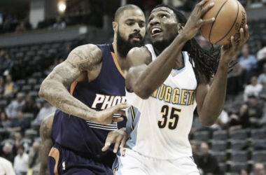 Denver power forward Kenneth Faried attempting a lay up against Phoenix center Tyson Chandler. Nov. 16, 2016 |Source: Chris Humphreys-USA TODAY Sports|