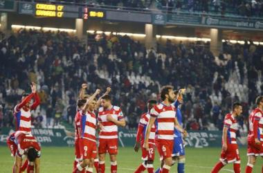 Los jugadores del Granada C.F. celebran la victoria sobre el césped del Arcángel. Foto: LaLiga