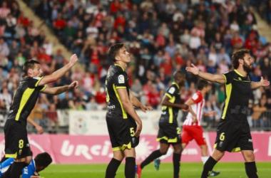 Los jugadores del Granada CF protestan una decisión arbitral. Foto: LaLiga