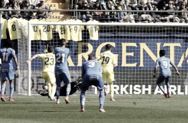 Momento en el que Asenjo le para el penalti a Ángel. / Foto: La Liga