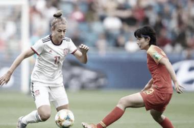 Alexia Putellas disputando un balón durante el partido frente a China | FIFA.com