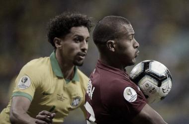 Salomón Rondón luchando contra Marquinhos. Foto: Twitter oficial Copa América