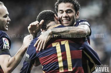 Dani Alves celebrando un gol con Neymar e Iniesta en el Barça. FOTO: Dani Mullor.