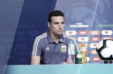 CONCENTRADO. Scaloni se lo mostró concentrado en plena conferencia de prensa y respondió varias preguntas de los periodistas. Foto: Twitter Selección Argentina