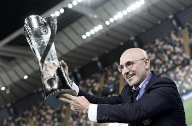 Luis De La Fuente con el trofeo / FOTO: UEFA