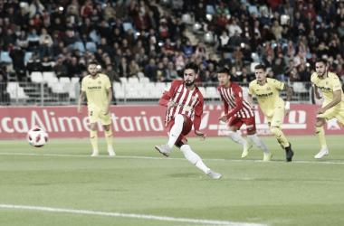 Chema rematando el penalti del 1-0   Fuente: UD Almería