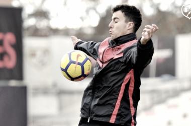 Diego Aguirre controlando un balón durante el entrenamiento. Fotografía: Rayo Vallecano S.A.D.