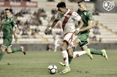 Mojica esprintando para evitar que un rival le arrebate el balón. Fotografía: Rayo Vallecano S.A.D.
