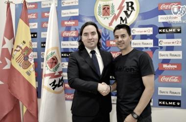 Míchel posando junto a Martín Presa en el acto de su renovación | Fotografía: Rayo Vallecano S.A.D.