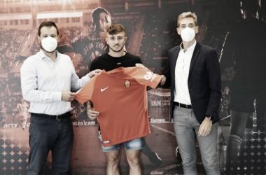 Pablo Maffeo posando con la camiseta bermellona/ Fuente: RCD Mallorca