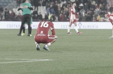 Los jugadores de la UD Almería desolados en el césped tras el pitido final. Fuente: LaLiga