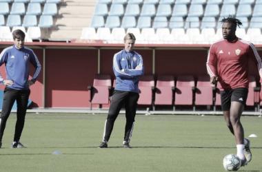 José María Gutiérrez 'Guti' y un miembro de su staff observan detenidamente a su plantilla durante la sesión del viernes. Fuente: UD Almería