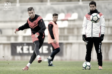 Adrián Embarba golpeando un balón | Fotografía: Rayo Vallecano S.A.D.