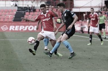Montero en una disputa por el esférico ante la atenta mirada de Gerard Valentín. FOTO: Nàstic