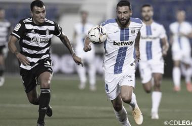 Borja Bastón persiguiendo el esférico frente a un defensor rival | Foto: CD Leganés