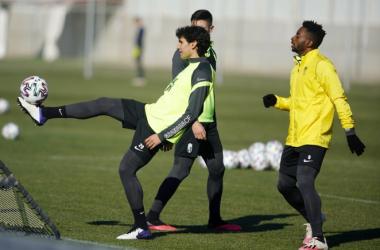 Vallejo y Eteki en un entrenamiento en la Ciudad Deportiva | Foto: Pepe Villoslada / Granada CF