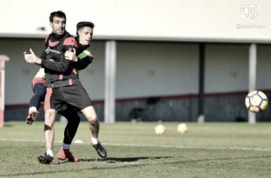 Álex Moreno reteniendo a Trashorras en un jugada durante un entrenamiento. Fotografía: Rayo Vallecano S.A.D.
