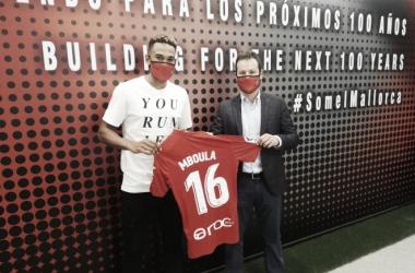 Mboula y un directivo posando con la camiseta|Fuente: RCD Mallorca
