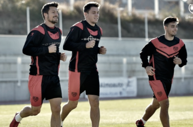 Gorka Elustondo junto a Galán y Fran Beltrán entrenando al margen. Fotografía: Rayo Vallecano S.A.D.