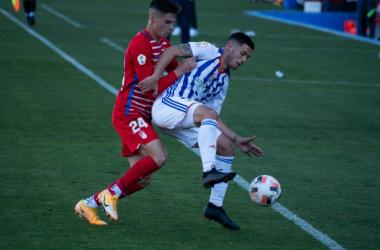 Lance entre Barcia y un jugador del Recreativo de Granada. Foto: Carlos Fernández / Granada CF.