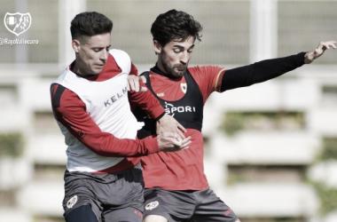 Álex Moreno peleando por un balón con José León   Fotografía: Rayo Vallecano S.A.D.
