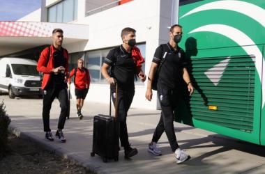 Robert Moreno junto a Víctor Díaz y Rochina antes de partir hacia Vigo | Foto: Pepe Villolsada / Granada CF