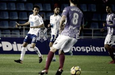 Luis Milla defendiendo un balón contra el Valladolid | Fotografía: CD Tenerife