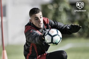 Miguel Morro atrapa un balón durante un entrenamiento con el primer equipo | Fotografía: Rayo Vallecano