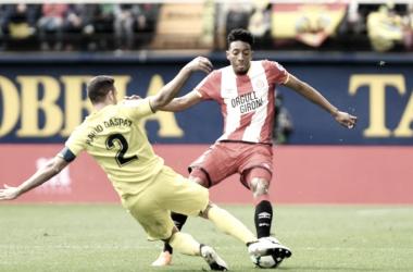 Mojica disputando el balón contra Mario Gaspar en el Estadio de la Cerámica. | Foto: Web Girona FC