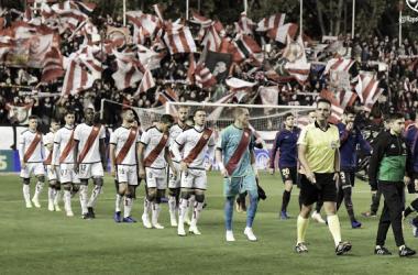 Los jugadores saltan al césped en el partido de ida frente al F.C. Barcelona | Fotografía: Rayo Vallecano