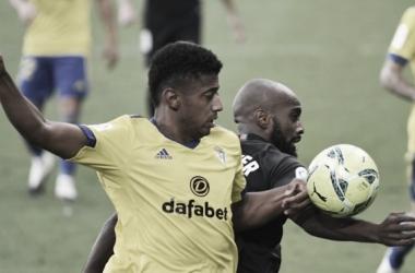 ''Choco'' Lozano y Foulquier disputando un balón // Cádiz CF