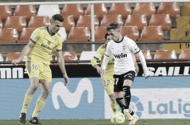 Álex Blanco controlando un balón ante Juan Cala // Cádiz CF