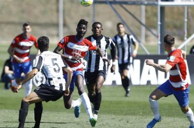 Lance del partido entre el Recreativo Granada y el Linense | Foto: Pepe Villoslada / Granada CF