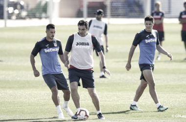 Gabriel y Pellegrino en la pugna por un balón en el primer día de entrenamiento | Foto: CD Leganés