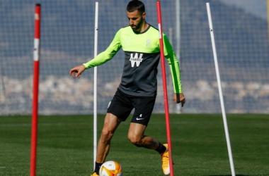 Gonalons en un entrenamiento con el balón de la Europa League | Foto: Pepe Villoslada / GCF