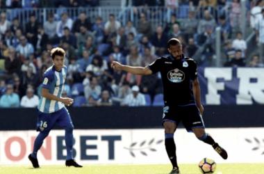 Sidnei saca el balón jugado ante la mirada de Peñaranda / Foto vía RC Deportivo