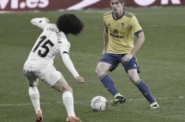 Cucurella defendiendo a Álex Fernández // Cádiz CF