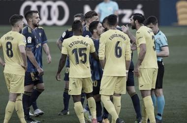 Los amarillos protestando una jugada en el Villarreal-Cádiz // Cádiz CF