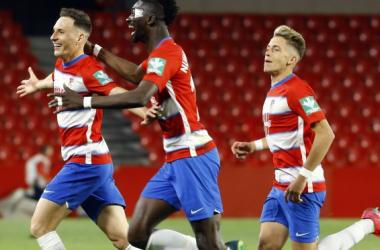 Migue García celebra su gol con Nuha Marong | Foto: Pepe Villoslada / Granada CF
