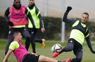 Víctor Díaz y Nehuén pugnan por un balón en el entrenamiento | Foto: Pepe Villoslada / Granada CF