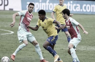 Los jugadores del Villarreal intentando parar al 'Choco' // Cádiz CF