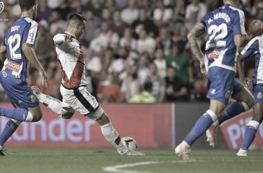 Raúl de Tomás en el momento de anotar un gol al Espanyol con la camiseta del Rayo Vallecano. Foto: @RayoVallecano